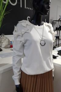 Biała bluzka sweter z kokardkami
