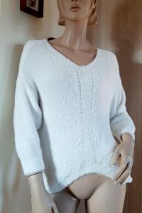 Śmietankowa alpaka asymetryczny sweter