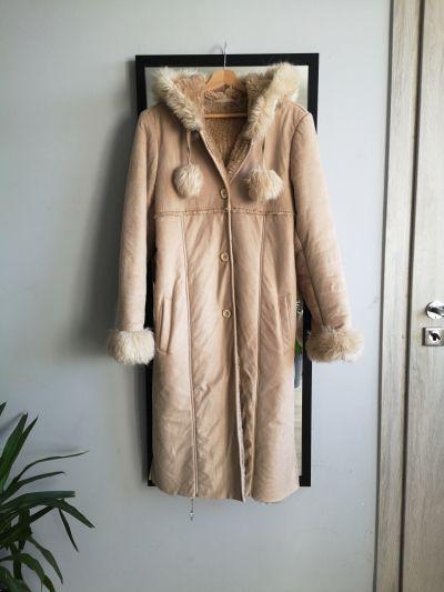 Odzież wierzchnia Długi kożuch płaszcz z kapturem zimowy S M futerko pompony nude kożuszek