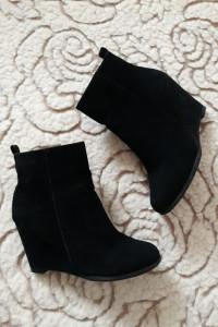 Czarne buty damskie koturny...