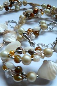 Kremowy zestaw z perłami piękna biżuteria...