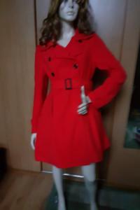 Czerwony płaszczyk rozkloszowany...