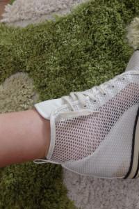 Siatkowe buty sportowe na koturnie
