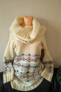 Piękny i ciepły sweter z dużym golfem...