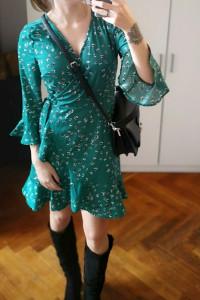 Kopertowa sukienka Cubus S zielona w kwiaty z falbanami wiązana...