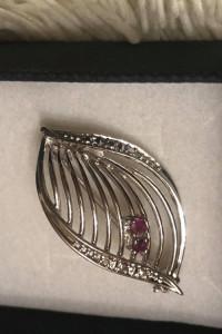Piękna srebrna broszka z rubinowymi oczkami i cyrkoniami 925...
