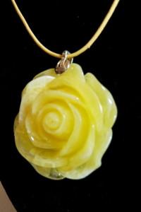Żółta róża piękny wisiorek na rzemyku...