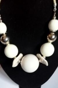 Biała porcelana w srebrnej oprawie efektowny naszyjnik...