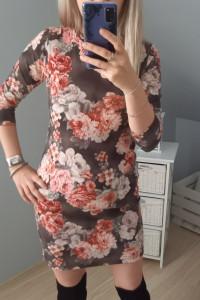 Sukienka w kwiaty dopasowana...