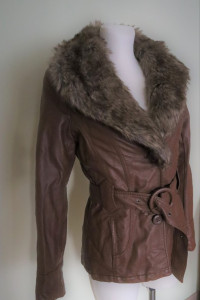 Skórzana kurtka dłuższa z paskiem i futerkiem...