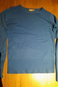 sweter niebieski w serek...