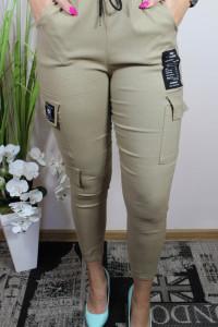 Beżowe spodnie damskie z naszywkami...