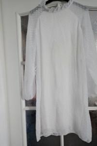 Zwiewna biała sukienka
