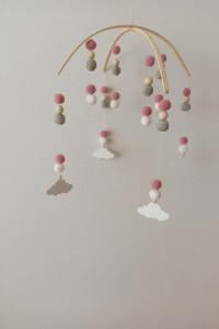 Karuzela do łóżeczka pompony różowo szara