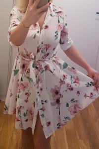 Zwiewna letnia asymetryczna sukienka w kwiaty