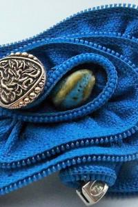 Niebieska broszka z zamka błyskawicznego z kamykiem