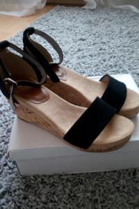 Czarne sandały na koturnie 40