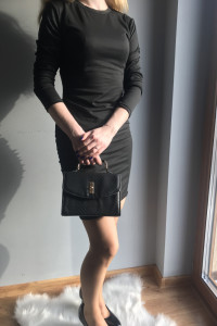 Czarna obcisła sukien ka do kolana