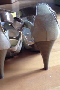 Kremowe buty na obcasie...