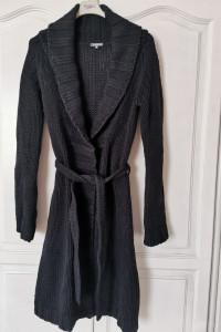 Czarny długi sweter wiązany