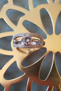 Nowy pierścionek srebrny kolor jedna cyrkonia...