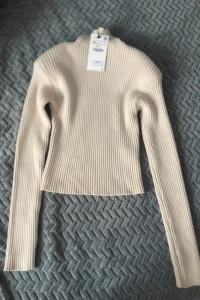 Sweter z poduszkami na ramionach zara...