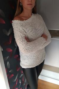 Biały sweter...