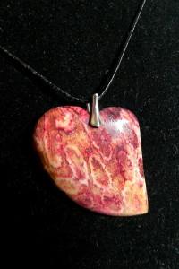 Koral skamieniały fossil czerwone serce wisior...