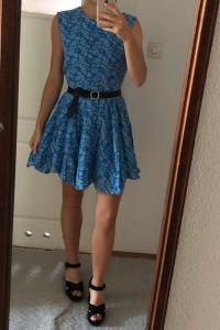 Niebieska sukienka H&M rozkloszowana taliowana bez rękawów we wzory 38