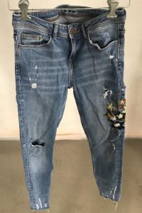 Spodnie jeansy z motywem...