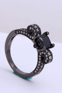 Nowy czarny pierścionek białe cyrkonie kokarda kokardka celebry...