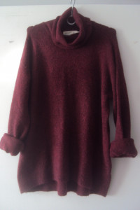 burgundowy sweter z golfem