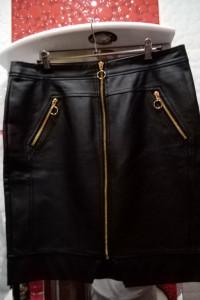 Czarna spódnica z skóry ekologicznej z długim złotym zamkiem