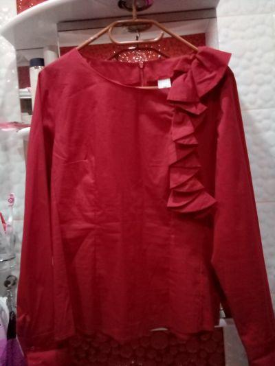 Bluzki Bordowa bluzka damska z ozdobną falbanką