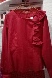 Bordowa bluzka damska z ozdobną falbanką