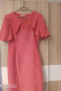 Piękna wyszczuplająca sukienka z narzutką