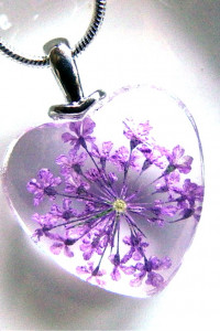 Fioletowe kwiaty zatopione w szkle wisiorek serduszko...