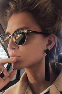 Okulary przeciwsłoneczne z czarnymi szkłami w najmodniejszym kształcie