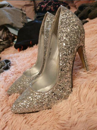 Szpilki Nowe srebrne szpilki 38 eleganckie buty na obcasie cekiny kryształki