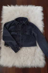 Szara kurtka jeansowa z postrzępionym dołem...