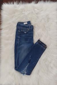 Jeansowe rurki z dziurami...