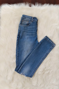Jeansowe rurki z dziurami na kolanach...