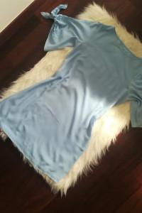 Jasno niebieska sukienka z wiązaniem na ramionach...