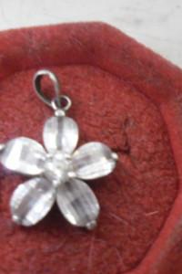 Bardzo ładna srebrna zawieszka kwiat z cyrkoniami...