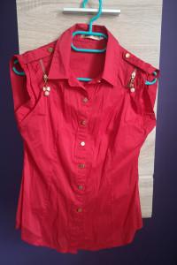 Czerwona bluzeczka że złotymi zdobieniami...