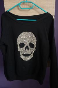 Czarna bluza z czaszką z kamieniami...