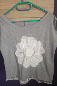 Szara bluzeczka z kwiatem i koronką...