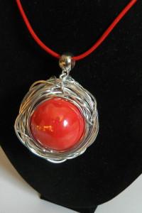Czerwona porcelana kula w srebrnym oplocie wisior...