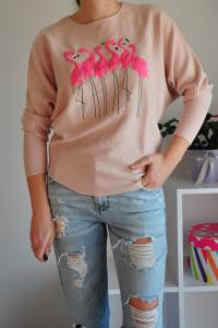 Różowy sweter z flamingami