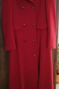 Długi czerwony płaszcz...